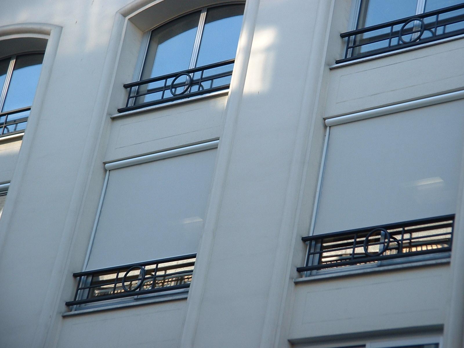 Banniere produit Store vertical à coulisses extérieur