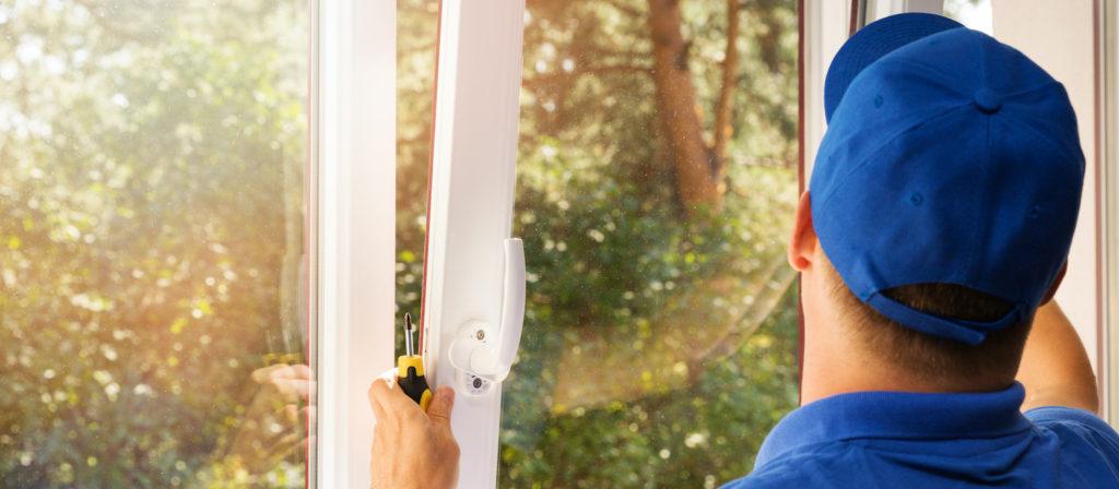 Un ouvrier qui installe une fenêtre